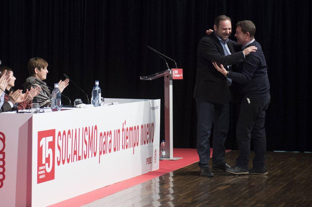 Foto: José Luis Ábalos abraza al presidente manchego, Emiliano García-Page, este 28 de enero, en la apertura del 15º Congreso del PSOE de Albacete. (Borja Puig | PSOE)