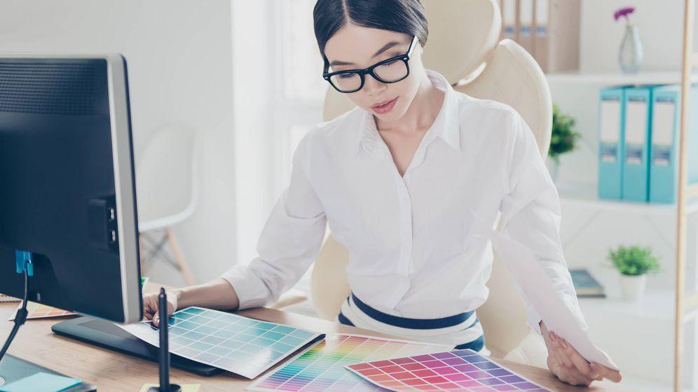 Foto: Una surcoreana eligiendo qué color poner en su escritorio. (iStock)