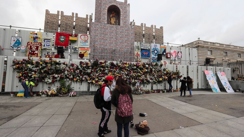 La tradicional ofrenda floral a la Virgen de la Almudena (EFE)