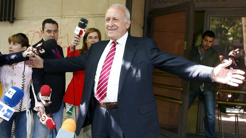 Arzalluz saluda a los medios a su salida de la Audiencia Nacional tras declarar en 2008 ante el juez Baltasar Garzón en relación con la investigación contra el aparato de extorsión de ETA. (EFE)