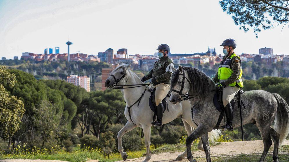 Foto: La Guardia Real patrulla por la Casa de Campo este domingo. (EFE)