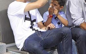 Cristiano Ronaldo disfruta como un niño con su hijo