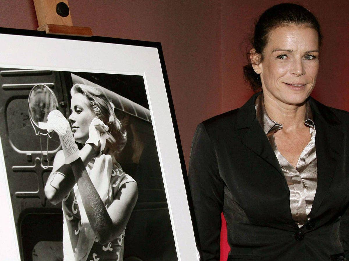 Foto: Estefanía de Mónaco, posando junto a una fotografía de su madre, Grace Kelly. (EFE)