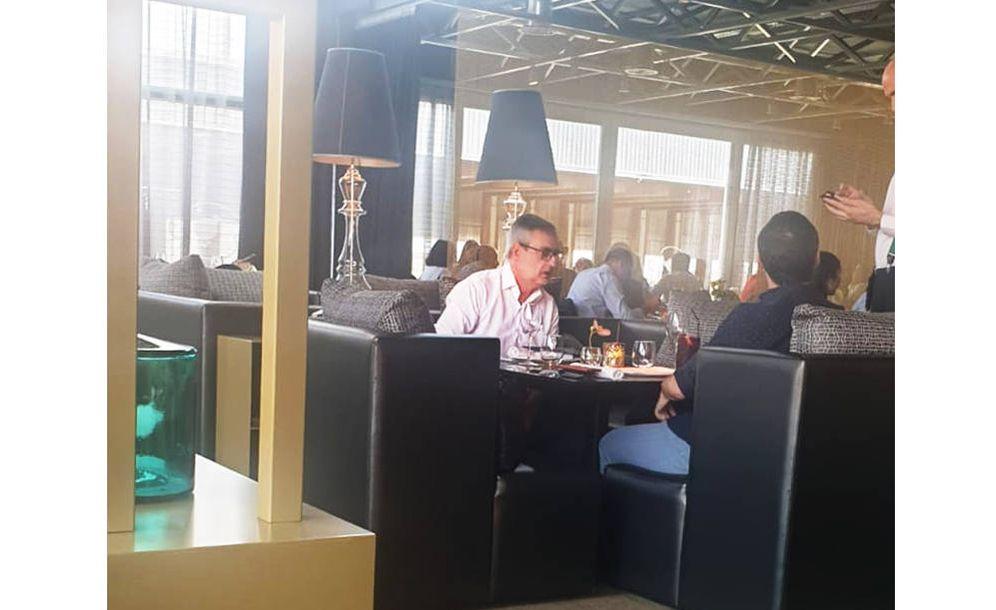 Foto: José Manuel Villegas (i) y Pablo Yáñez (de espaldas), durante la comida. (EC)