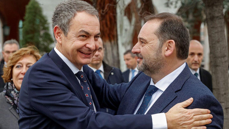 El ministro de Transportes, José Luis Ábalos, saluda al expresidente del Gobierno José Luis Rodríguez Zapatero. (EFE)