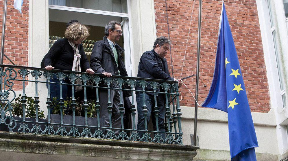 Foto: El Ayuntamiento de Pontevedra, gobernado por el BNG, retira la bandera de la uniÓn europa de la casa consistorial como señal del protesta. (Efe)