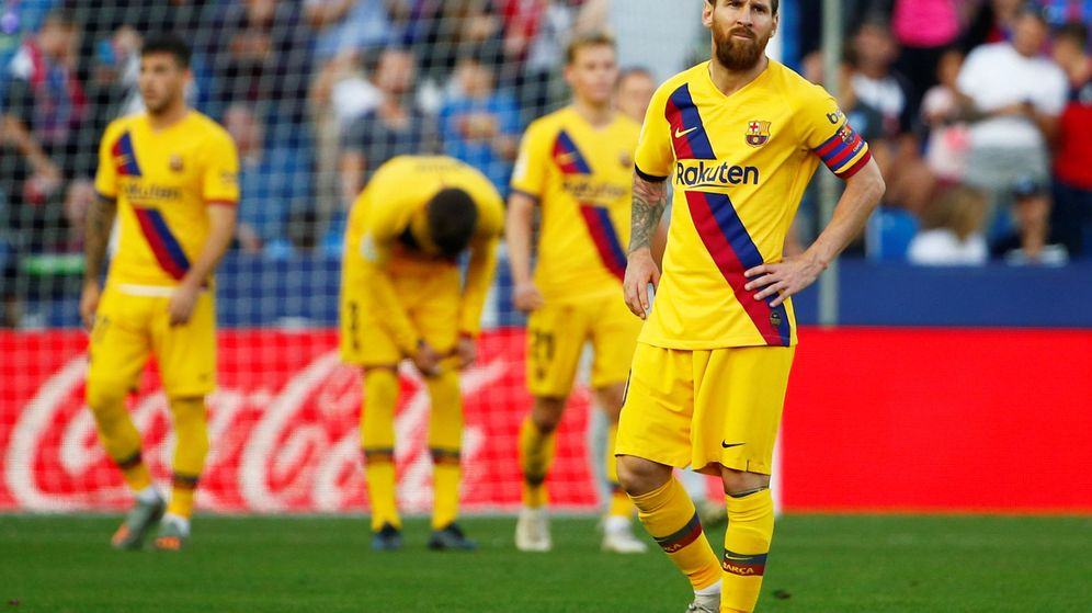 Foto: Messi, preocupado tras el tercer gol de Radoja. (Reuters)