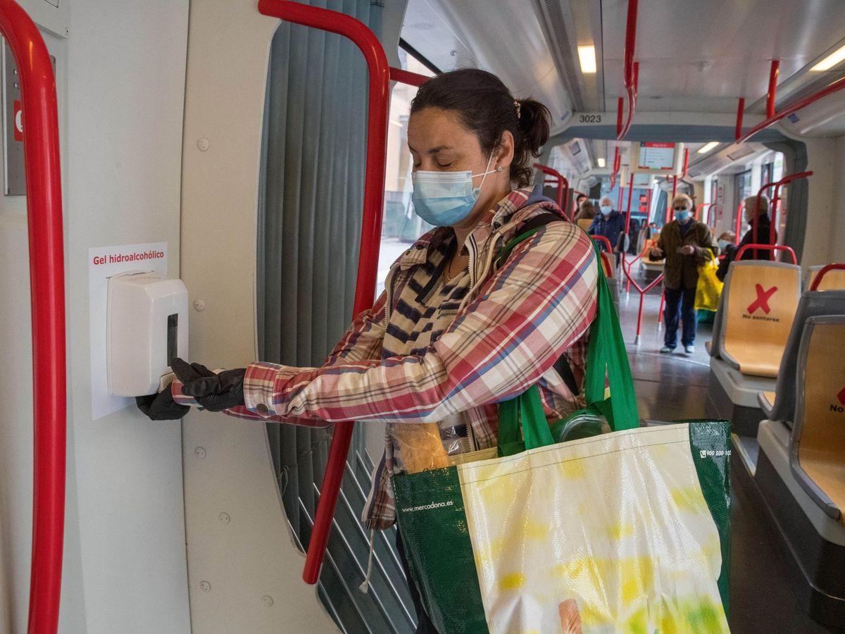 Foto: Zaragoza instalará gel hidroalcohólico en todos sus autobuses y tranvías.