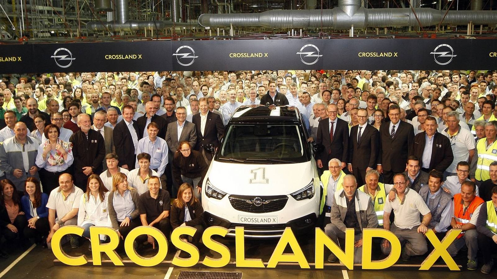 Foto: Los trabajadores despiden al primer Opel Crossland X fabricado en Figueruelas (Zaragoza). (EFE)