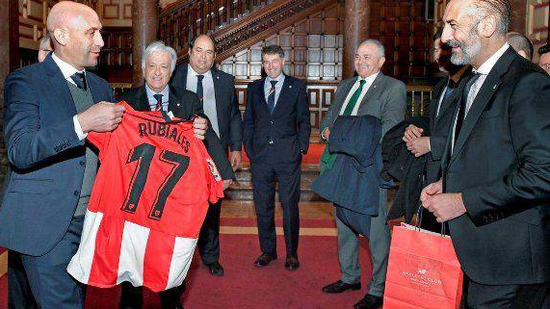 Rubiales recibe una camiseta con su nombre durante su visita al presidente del Athletic. (EFE)