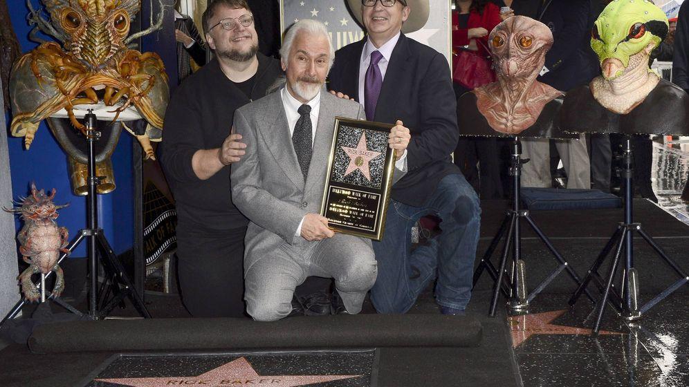 Foto: Rick Baker recibe su estrella de la fama rodeado de alguna de sus criaturas (EFE)