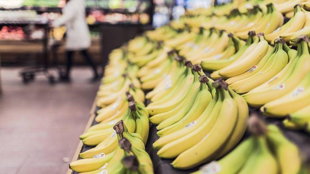 Foto: Plátanos frescos en el supermercado.