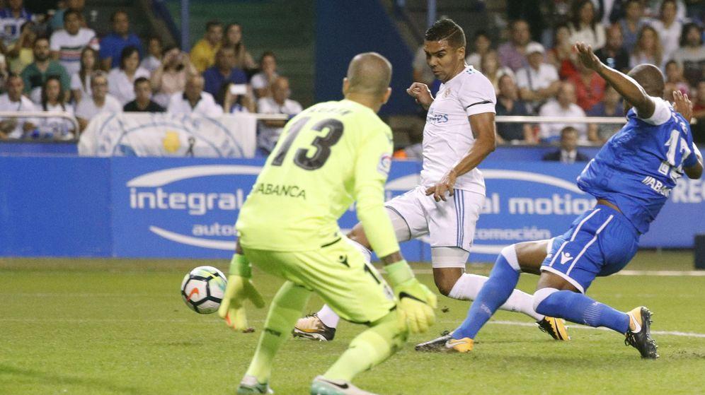 Foto: Casemiro, en el momento de marcar el 0-2 del Real Madrid en Riazor. (EFE)