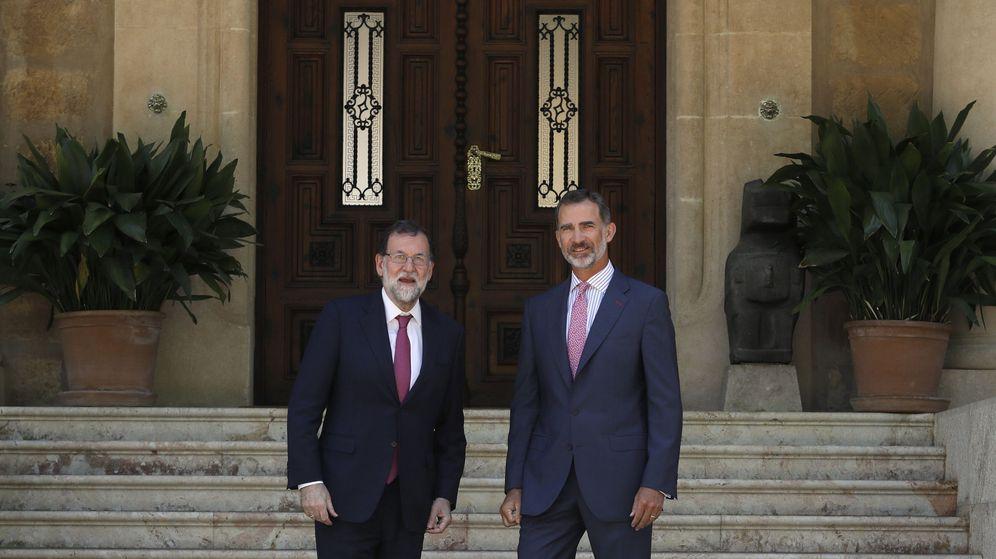 Foto: Felipe VI y el presidente del Gobierno, Mariano Rajoy, antes de comenzar su despacho en Marivent. (EFE)
