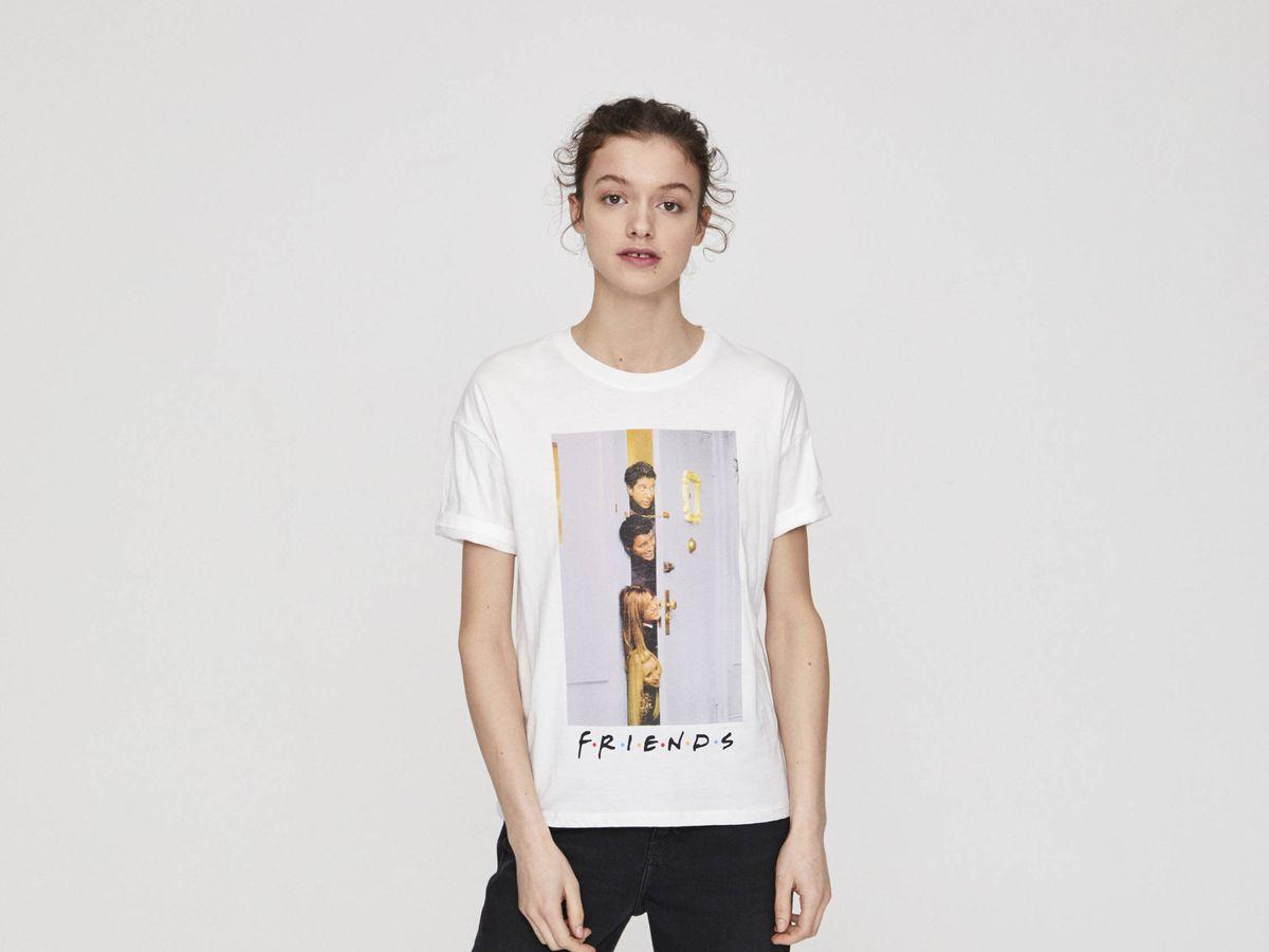 Foto: Camiseta de 'Friends' de Pull and Bear. (Cortesía)