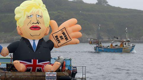 Boris Johnson flota en el mar