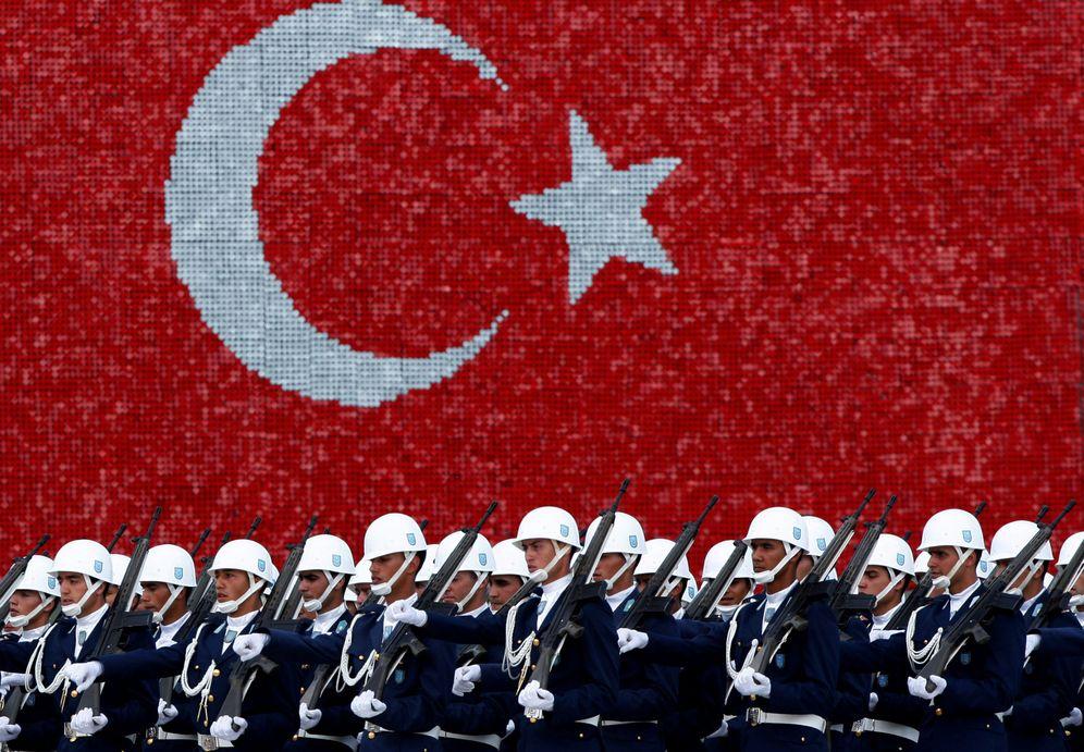 Foto: Cadetes de la Fuerza Aérea Turca marchan durante una ceremonia de graduación en la Academia Militar, en Estambul. (Reuters)