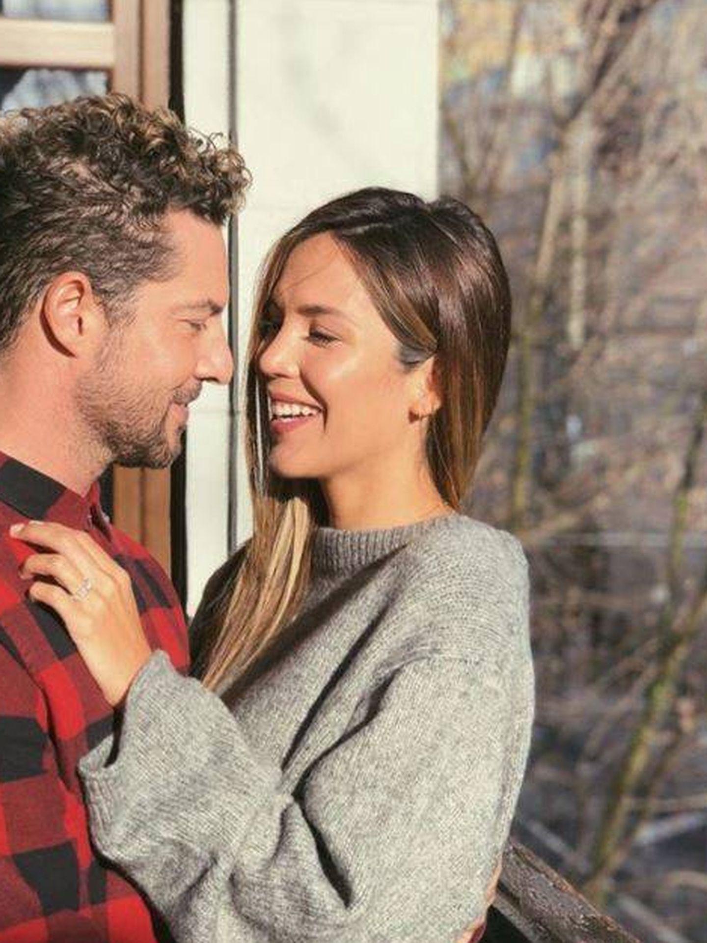 Foto del anuncio del compromiso de Bisbal y Rosanna Zanetti. (Redes)