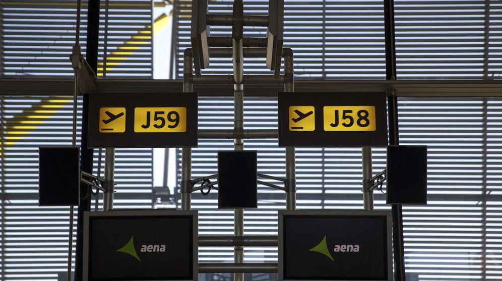 Foto: Logo de Aena en las pantallas de la T4 del aeropuerto Adolfo Suárez-Madrid Barajas. (Reuters)