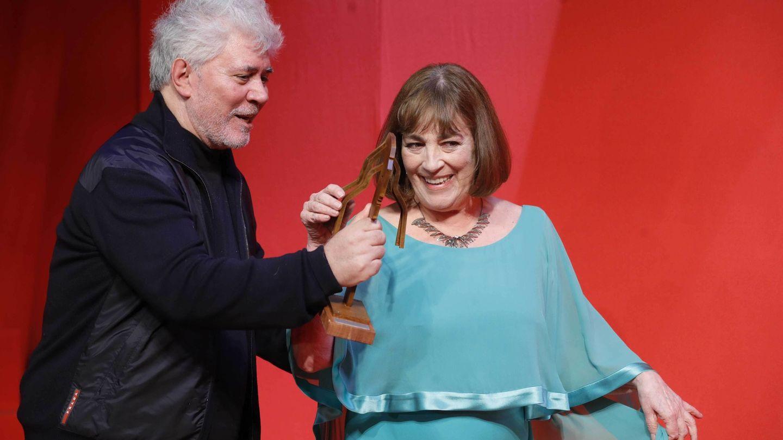 Pedro Almodóvar entrega a Carmen Maura el Fotogramas de Plata de Honor   EFE
