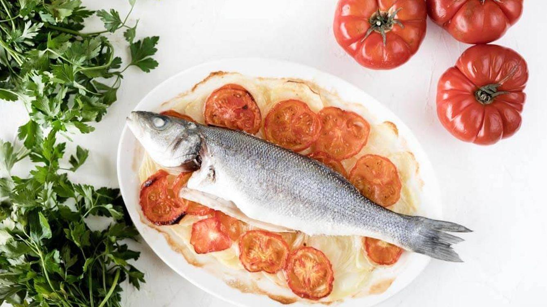 Vídeo-receta saludable: lubina al horno con patatas y tomate