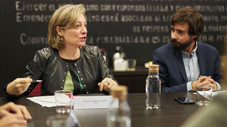 Teresa Rodríguez, coordinadora de sostenibilidad de la CNMV; y Javier G. Jorrín, periodista de El Confidencial.