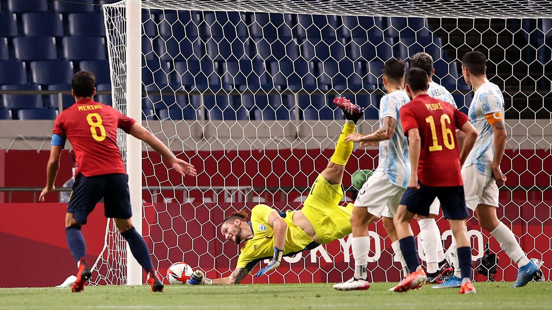 Momento en el que Mikel Merino anota su gol. (EFE)