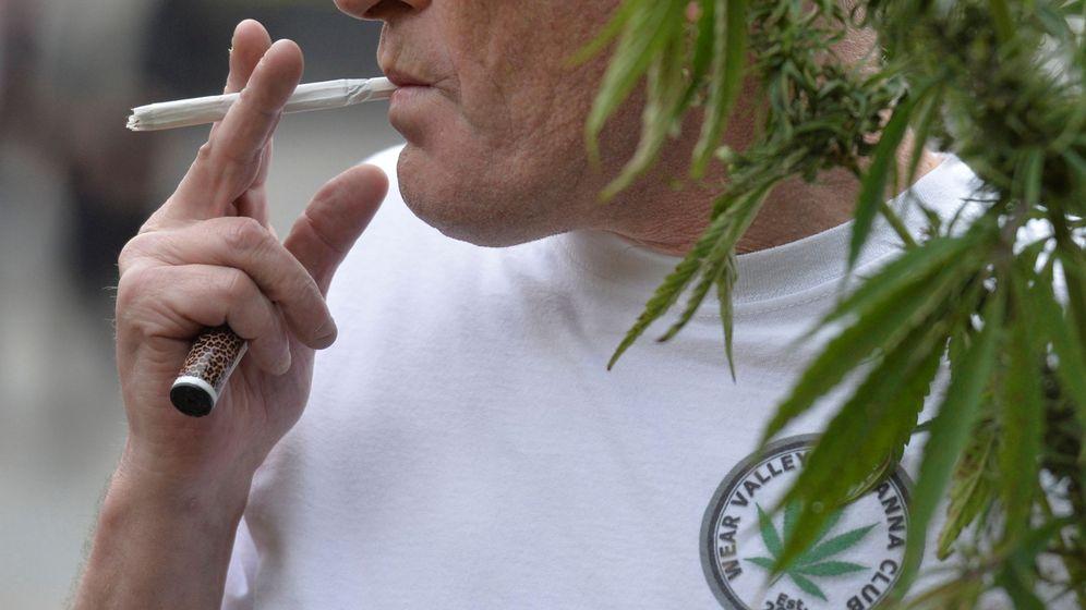 Foto: Un hombre se prepara un cigarrillo de cannabis en Londres. (Reuters)