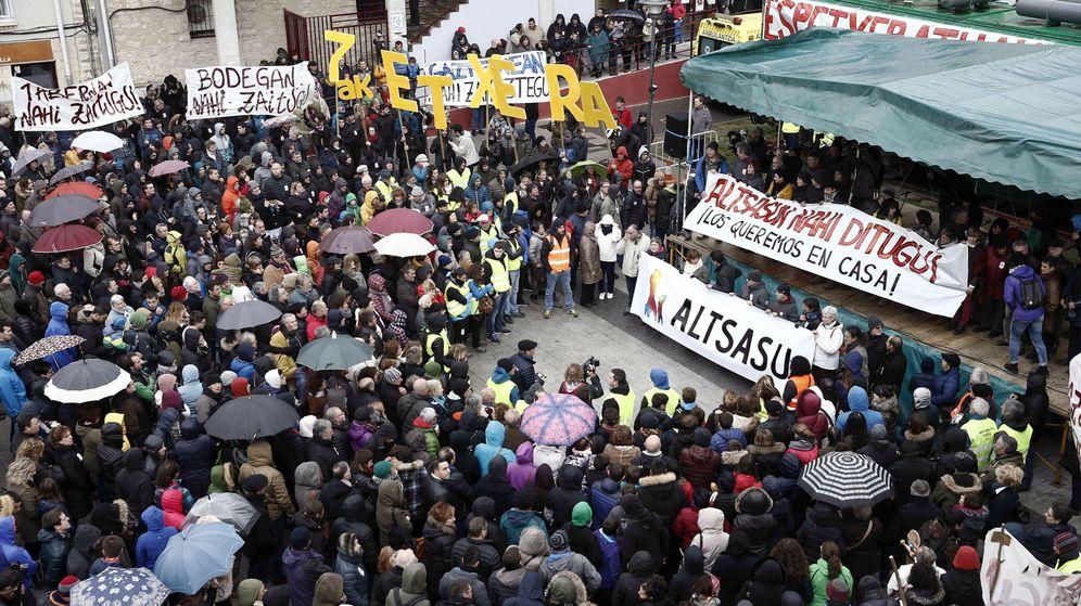 Foto: Los manifestantes congregados en el centro de Alsasua. (EFE)