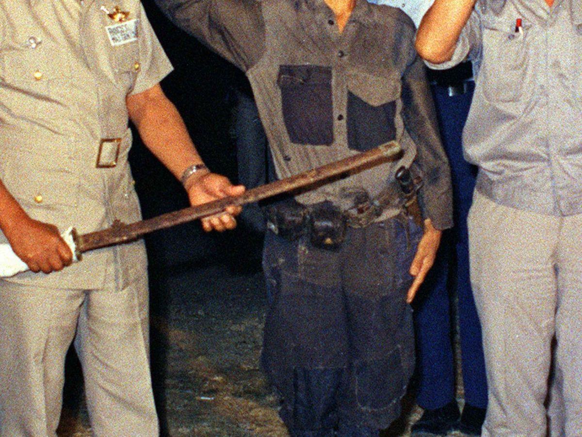 Foto: Momento en el que Hiroo Onoda entrega su espada en 1974 en señal de rendición. (Reuters)
