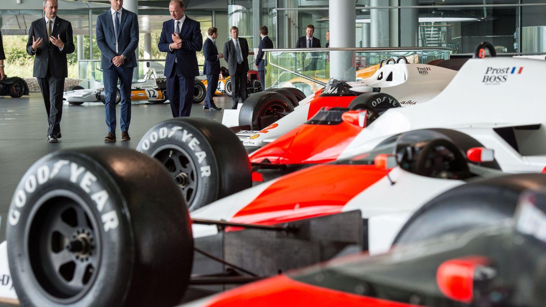 El príncipe William visita la sede de Woking y su colección histórica de F1. (Reuters)
