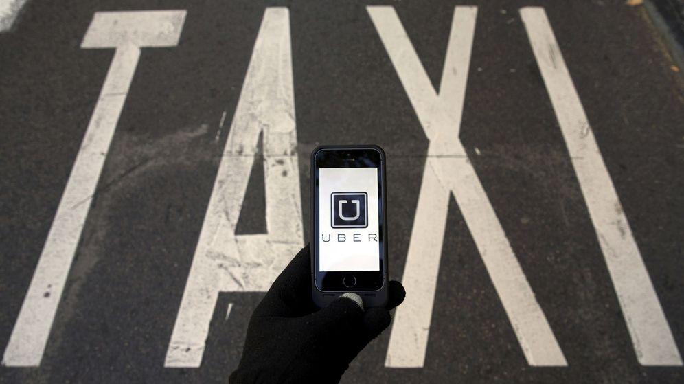 Foto: 'App' para contratar el servicio de Uber en una parada de taxi en Madrid (Reuters)