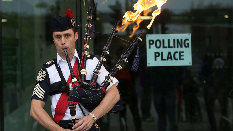 Ryan Randall toca la gaita ante un colegio electoral en Edimburgo (Reuters).