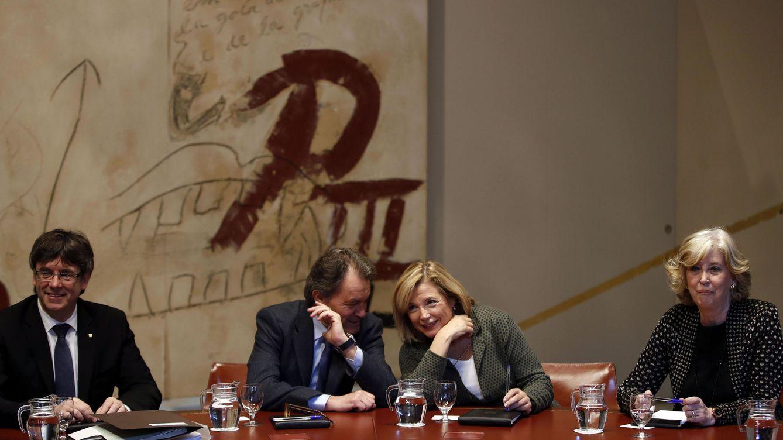 Foto:  El presidente de la Generalitat, Carles Puigdemont, junto al expresidente Artur Mas (2i), y las exconselleras Joana Ortega e Irene Rigau (d), durante la reunión semanal del gobierno catalán. (EFE)
