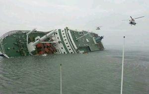 Cerca de 300 desaparecidos al hundirse un ferry surcoreano