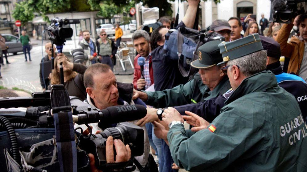 Foto: Un afectado intenta agredir al dueño de la pirotecnia. (EFE)