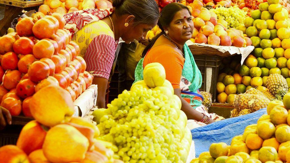 Foto: Dos mujeres en un mercado de frutas de Bangalore, en India. (EFE)
