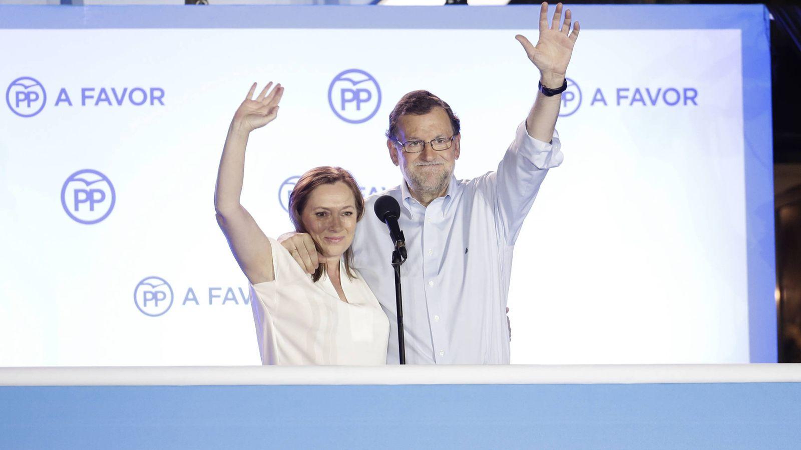 Foto: Elvira Fernández y Mariano Rajoy, en el balcón de Génova. (Gtres)
