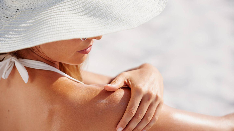 Gorros, sombreros y gafas también son claves para protegerse del sol (iStock)