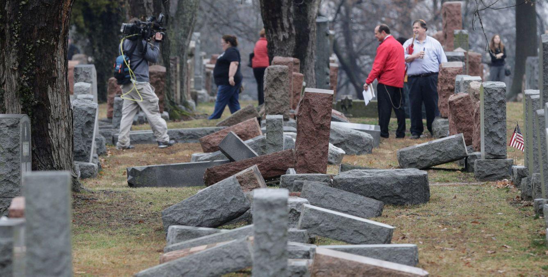 Foto: Varios periodistas tras el ataque en el cementerio de Saint Louis, Missouri, el 21 de febrero de 2017. (Reuters)