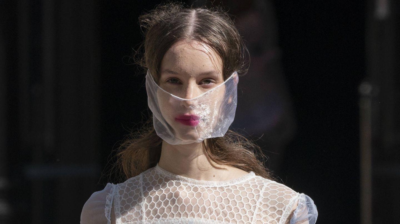 El uso de la mascarilla ha extendido la aparición de brotes de acné y el uso de protectores solares grasos puede aumentarlo. (Imaxtree)