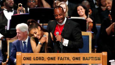 El obispo del funeral de Aretha se disculpa tras tocarle un pecho a Ariana Grande
