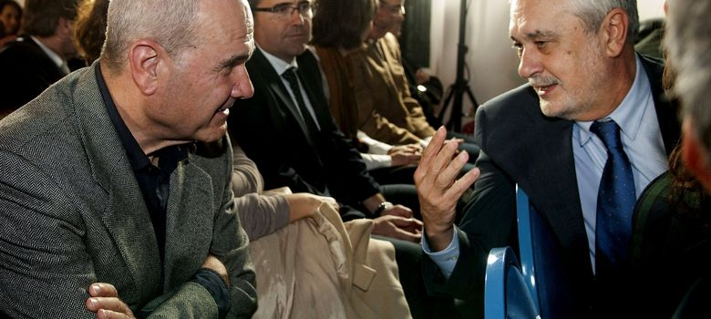 Foto: El secretario general del PSOE andaluz y presidente de la Junta de Andalucía, José Antonio Griñán (d), conversa con el ex presidente andaluz Manuel Chaves (i) (