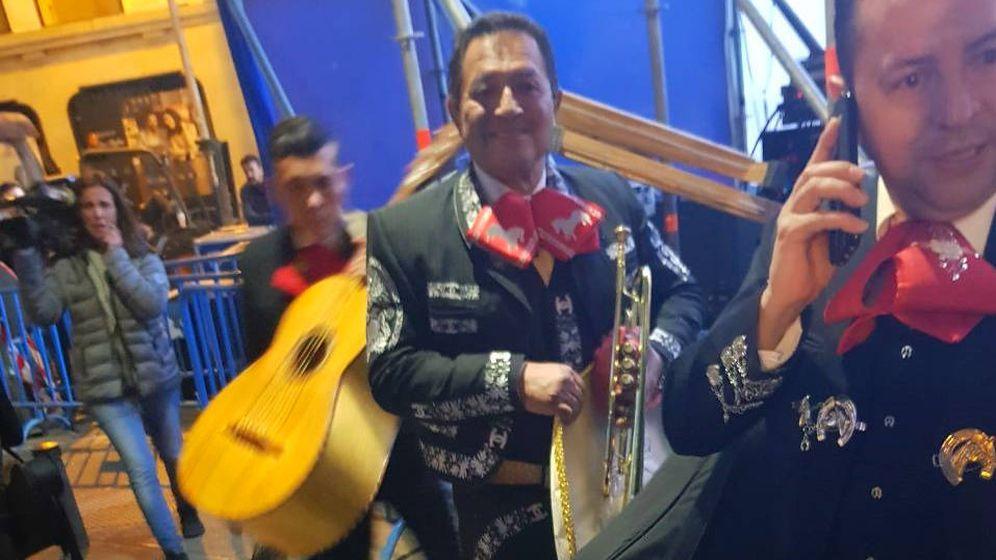 Foto: Los mariachis llegando a la sede del PP al filo de la medianoche. (Foto: Cedida)
