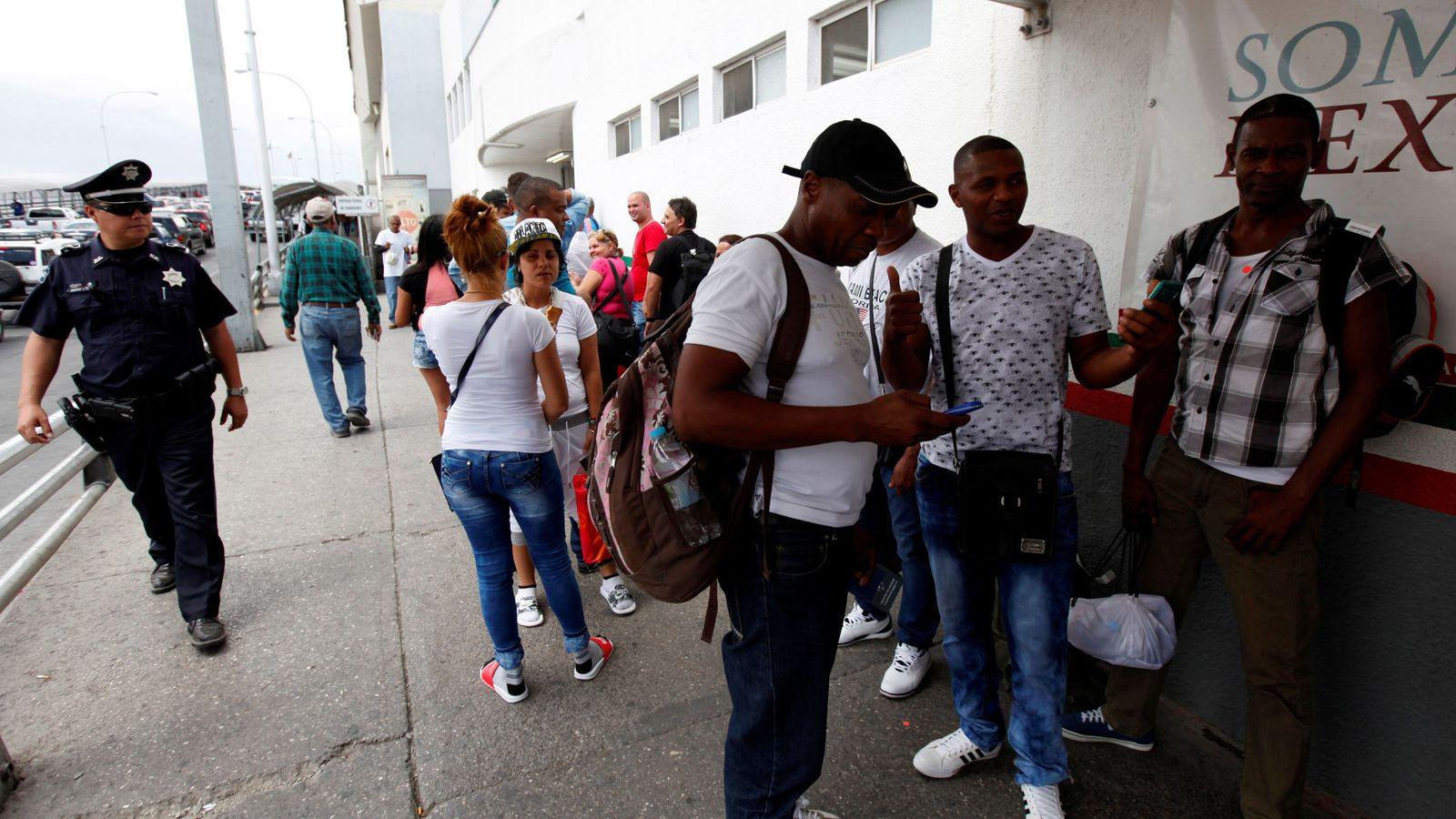 Foto: Inmigrantes cubanos se disponen a cruzar la frontera de EEUU en Ciudad Juárez, México, tras volar desde Panamá, el 17 de mayo de 2016 (Reuters)