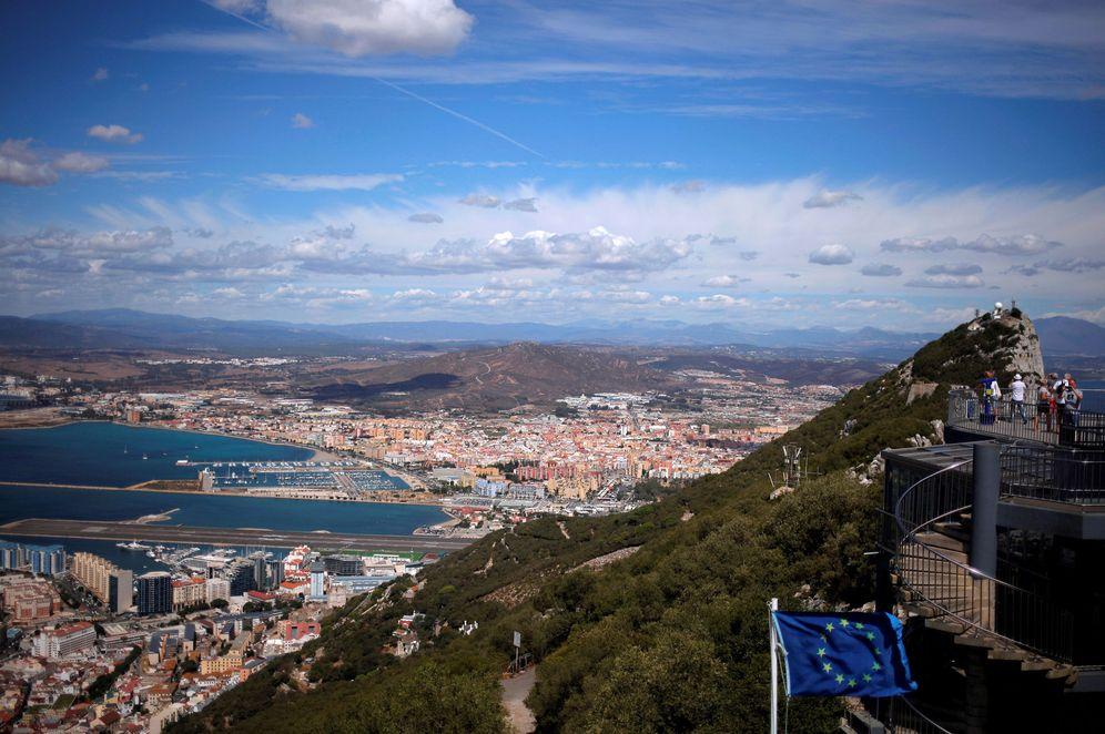 Foto: Vista general de La Línea de la Concepción y Gibraltar con turistas sobre el Peñón. (Reuters)
