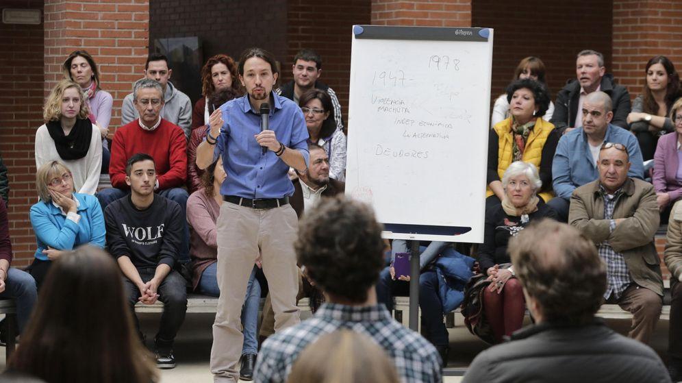 Foto: Pablo Iglesias responde a las preguntas de los asistentes a la entrevista de trabajo en Vallecas. (EFE)