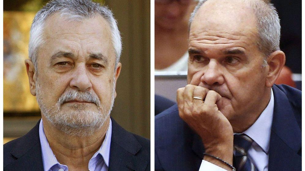 Foto: Los expresidentes andaluces Manuel Chaves (d) y José Antonio Griñán. (EFE)