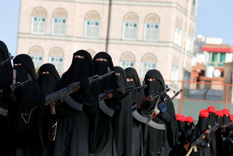 Mujeres leales al movimiento 'houthi' desfilan en Sanaa, Yemen, el 17 de enero de 2017. (Reuters)