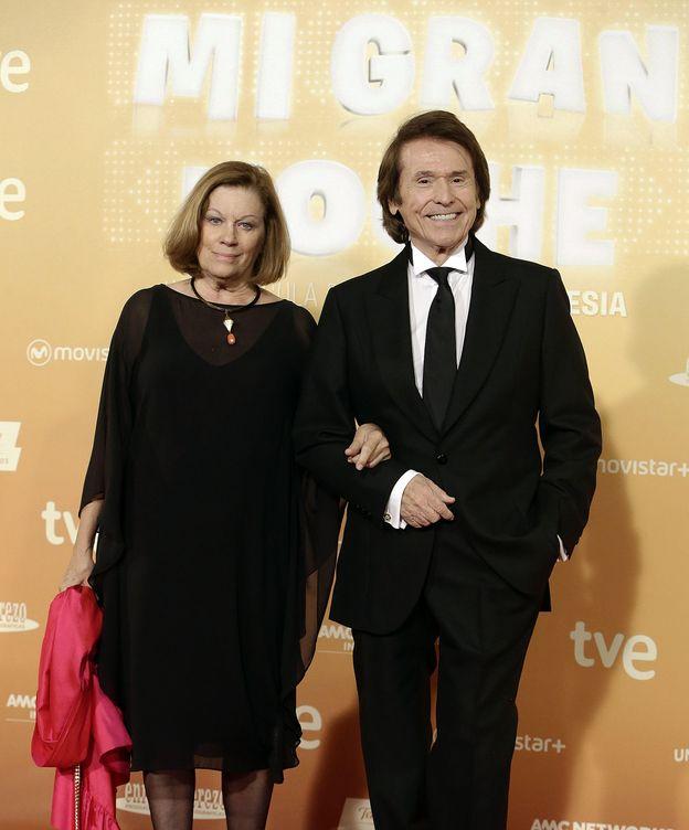 Foto: Raphael en el estreno de 'Mi gran noche' junto a su mujer, Natalia Figueroa (Gtres)